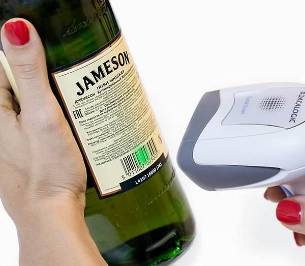 Сканнер считывает с бутылки код и марку
